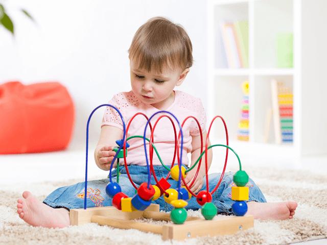 Dieťa sa hrá s kreatívnou hračkou