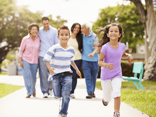 Multigeneračná rodina na prechádzke