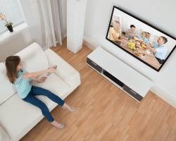 Dieťa samé doma pri televízore
