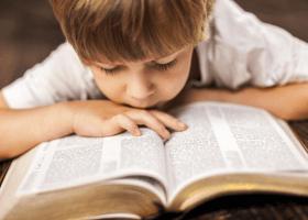 Malý chlapec sa učí z knihy