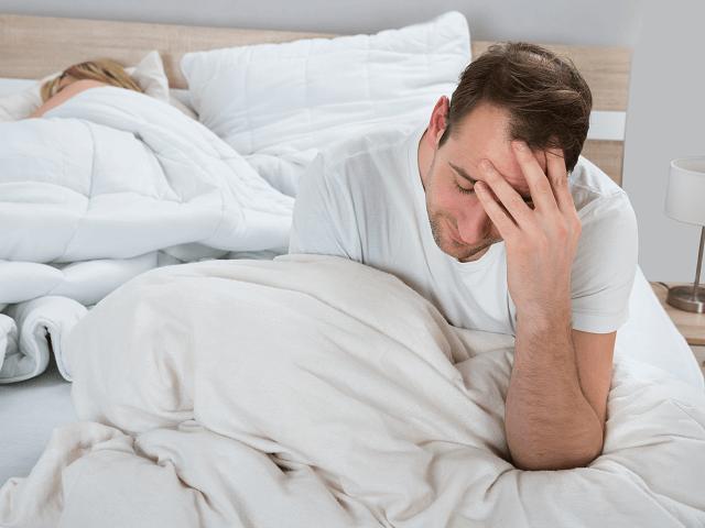 Muž trpiaci nespavosťou