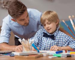 Otec kreslí so synom