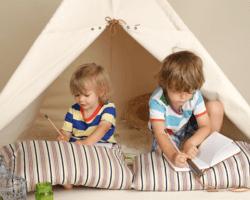 Deti sa hrajú doma v teepee