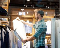 Muž na nákupoch v obchode s oblečením